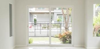 puerta-vacia-en-el-fondo-de-la-sala-de-estar-interior_1339-4844