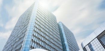 edificio-gigante-con-el-sol-encima_1127-400
