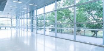 borrosa-resumen-de-antecedentes-vista-interior-mirando-hacia-fuera-a-vacio-vestibulo-de-la-oficina-y-las-puertas-de-entrada-y-la-pared-de-cortina-de-vidrio-con-marco