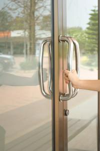 primer-plano-de-mano-abierta-puerta-de-vidrio-de-aluminio-o-mango-de-mano_3248-1464