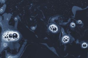 burbujas-de-espuma-en-aguas-oscuras_23-2147797813