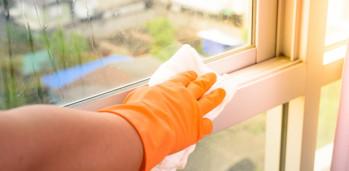 de-a-guantes-la-ventana-de-la-limpieza-con-el-trapo-y-el-aerosol-del-limpiador-en-casa-tareas-del-hogar_35380-1172