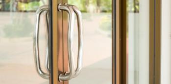 primer-plano-de-la-manija-de-la-puerta-de-vidrio-de-aluminio_3248-2703